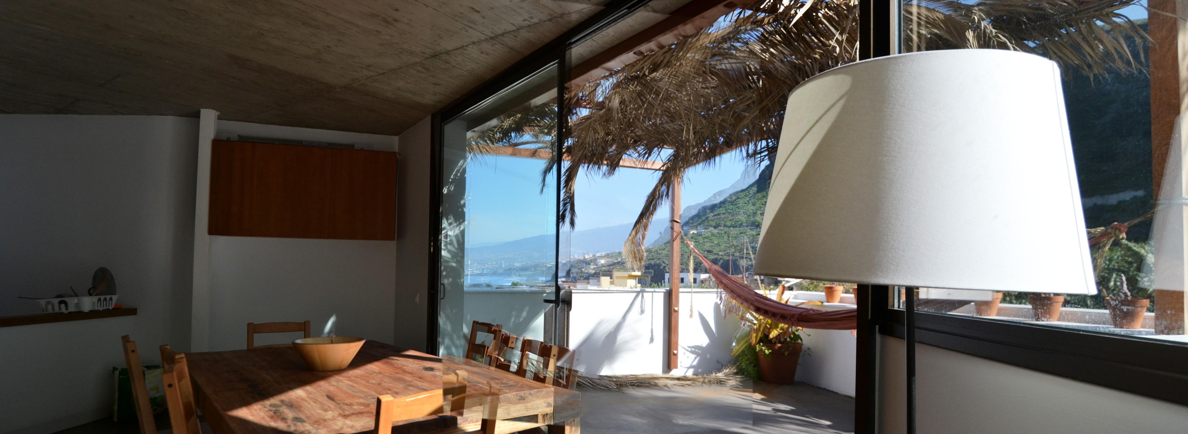 Vista desde el espacio interior hacia el paisaje del norte de Tenerife. Casa en las Aguas. TH Arquitectos, 2012