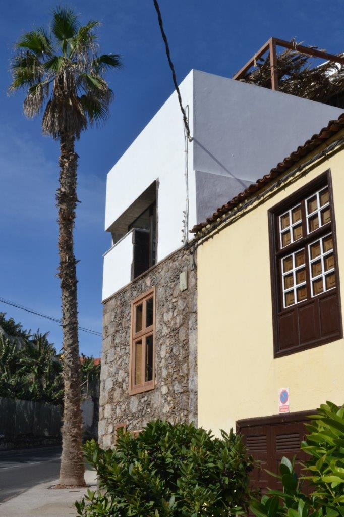 Exterior del edificio rehabilitado y ampliado. Casa en las Aguas. TH Arquitectos, 2012